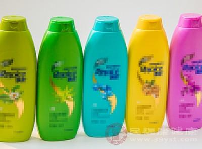 使用不含硅油的洗发水