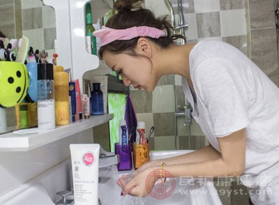 用牙膏洗脸可以治痤疮,也就是青春痘