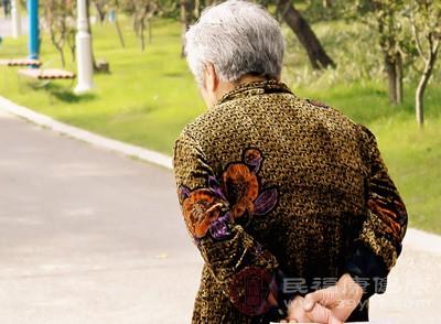 注意老人是否情绪过度激动或者格外抑郁,及时地帮助转变情绪,以免肝郁太过触发其它疾病