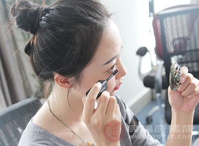 化妆化不好可能是因为底妆没打好,一张脸,在自然底妆的基础上,一个重点,让人过目不忘,就是好的妆容目标,若过度贪恋修饰