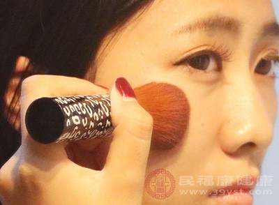 妆化不好可能是因为腮红涂得乡土气,腮红其实都是好东西,如果底妆已经将脸颊打得无血色,那它更是恢复神采的利器
