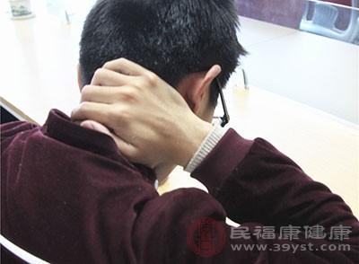 用手上下提捏患者的后颈部肌肉,从后发际到颈肩处,左右手轮换做3~5分钟,用手拿肩部肌肉3~5分钟,前后转肩1~2分钟,慢速左右转动头部1~2分钟