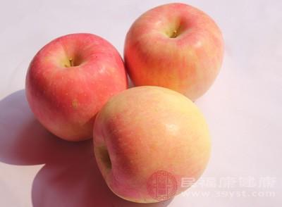 淡化眼袋的妙招,苹果汁敷眼