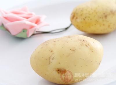 土豆中还有大量的淀粉,另外它还含有丰富的蛋白质、脂肪以及其他的微量元素,例如钙和铁。还有它里面含有很丰富的维生素c,这对病人的身体健康以及恢复都是十分有利的