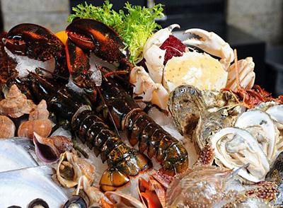 日常家庭饮食中常见海鲜,如螃蟹,虾等带壳类海鲜容易引发幼儿,特别是