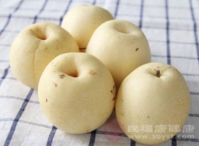 生吃梨子能把肺部的垃圾排出来,也可以将其熬汤喝