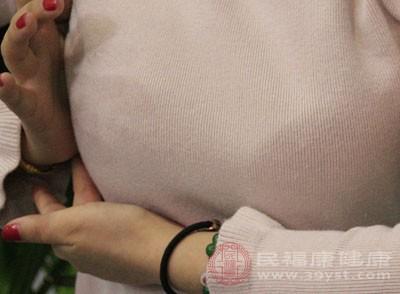 让皮肤越来越干,这样乳房的软组织就会越来越松弛