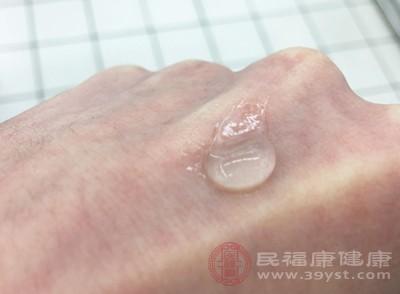 油性肤质因为油脂分泌旺盛,所以在挑选防晒霜方面,应该选择无油配方、渗透力较强的水剂型防晒霜为好