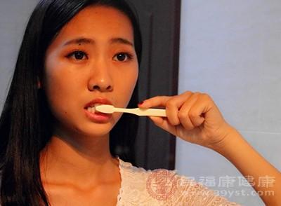 选择保健牙刷来刷牙