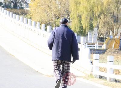 快走对心脑血管、呼吸系统有着很好的锻炼效果,对身体的损害也最小,适合老年人和有慢性疾病的人