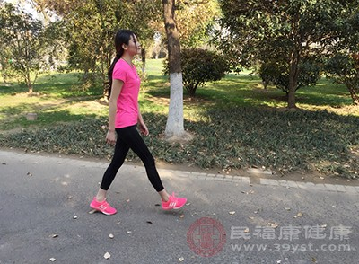 早上进行10分钟的快走运动,好可以控制速度,每分钟100-120步,当你感觉心跳明显加快为宜