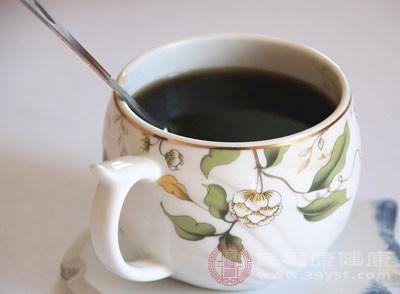 含高酪胺的食物,如咖啡,巧克力,奶制品易引起偏头疼