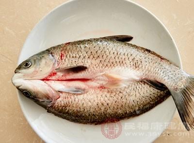 工人们用红色素再在红鱼身上刷一遍是为了卖相更好