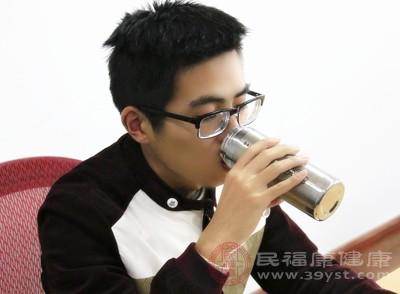 爱喝水的人,会通过喝水达到调节内环境的目的