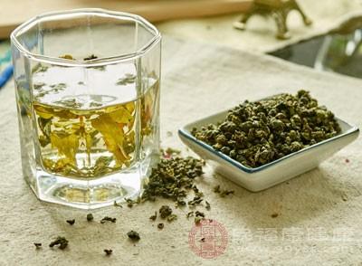 这个时候喝一点乌龙茶可以改善这些不适