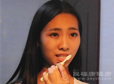 正确的刷牙方法 这些疾病引起刷牙出血