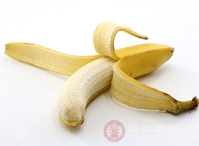 用香蕉皮的内侧仔细摩擦牙齿