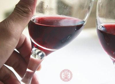 红酒中含有大量的维他命、糖及蛋白质