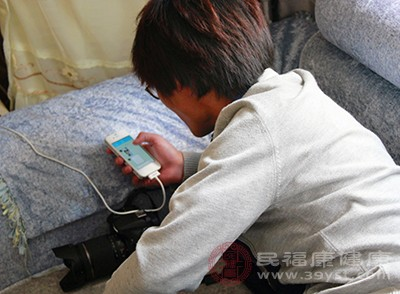 长时间使用电子产品导致青少年焦虑