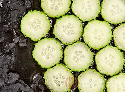 鲜黄瓜含有的丙醋二酸,有助于抑制各种食物中的碳水化合物在体内转化为脂肪