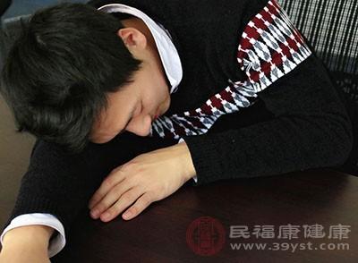 趴着睡觉的危害 这样做小心会伤眼