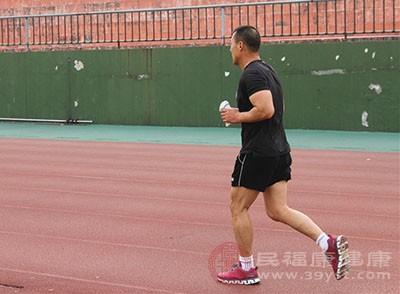 长期中长跑发生的适应性改变可改善新陈代谢,减低血脂和胆固醇水平