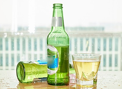 节假日里亲朋好友欢聚一堂,饮酒虽能带动气氛,但酒精易使前列腺腺体充血