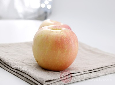 我們在購買富士蘋果的時候應該選擇那種一絲一絲的,要黃里透著紅的,這樣的一般瓤是黃的,味道酸甜而且又脆又香。