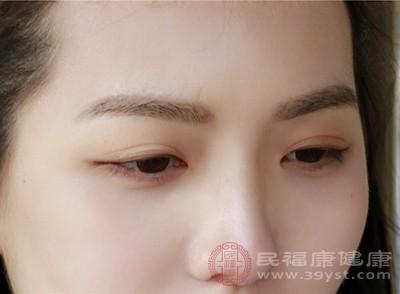 由于眼轴变长,眼球后半部变薄