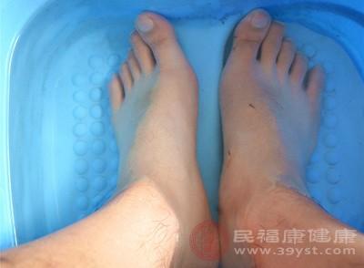 用热水泡脚也可以去除寒气