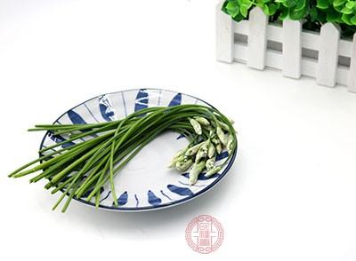 将韭菜洗净切成小块