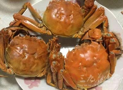 对海鲜过敏者(如带壳的海鲜,虾,蟹,贝颣),应减少此种食物的选用