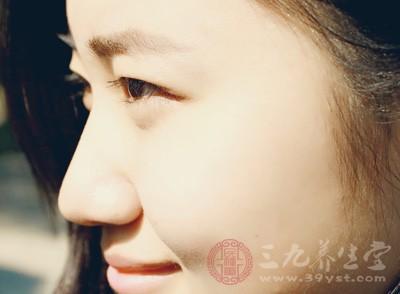 实际上人的鼻尖不是尖的,而是有一个很隐秘的小坑