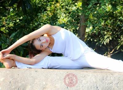 舒展均衡的瑜伽体式既能达到舒展和推拿后果,又避免了活动量过大年夜