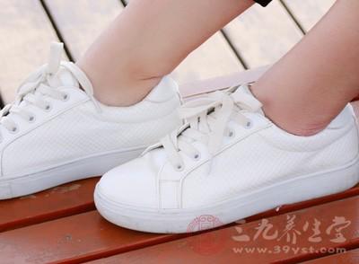 鞋子应选用轻便、无跟防滑和高弹性的运动鞋,大小要合适