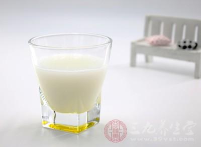 用牛奶掺入鸡蛋清,或配用鸡蛋黄调匀,涂面15分钟
