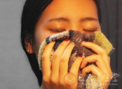 最简易方法也可用毛巾、口罩蒙鼻