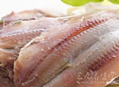 鱼线。长在鱼身侧,属于鱼的感知器官