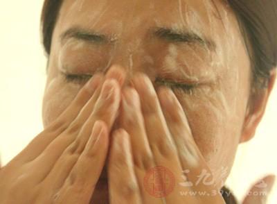 洗脸次数,早晚两次是必不可少的,如果出油多的患者