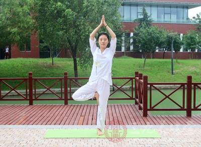 这是瑜伽姿势练习中的平衡性动作