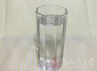 简单易行的通便方法,每天早晨起来,喝几杯白开水,即可顺利通便