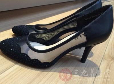 女人穿高跟鞋这是大家平日里再常见不过的