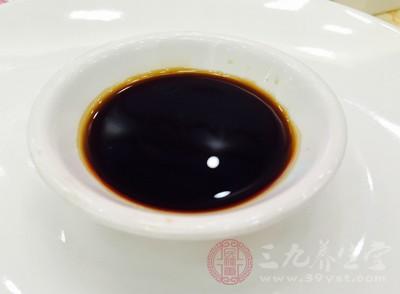 酱油有一点咸,但因为咸度不够,还是不能抑制微生物的生长,因此,酱油中也会添加防腐剂