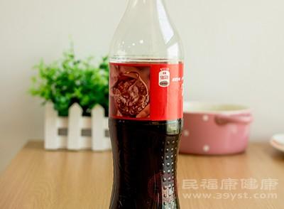 很多人喜爱饮用碳酸饮料