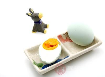 鴨蛋本身就是寒性的食物,醃製過後能起到很好的額滋陰補腎的作用