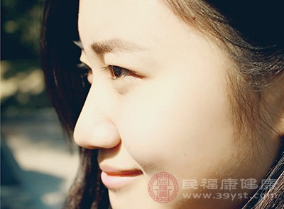 眼圈周圍的皮膚是比較敏感的