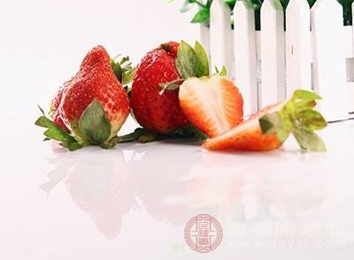 在平时可以多吃一点草莓