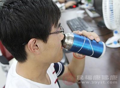 急性发作期要多饮水,并进半流质食物