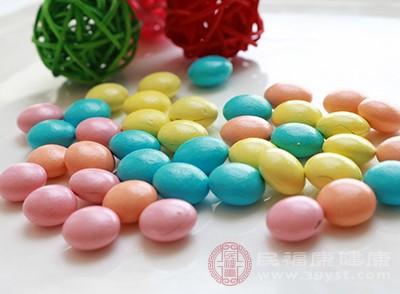 低血糖时及时地吃一些糖果可以缓解头晕恶心现象