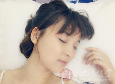 人们往往容易晚睡早醒,造成睡眠不足